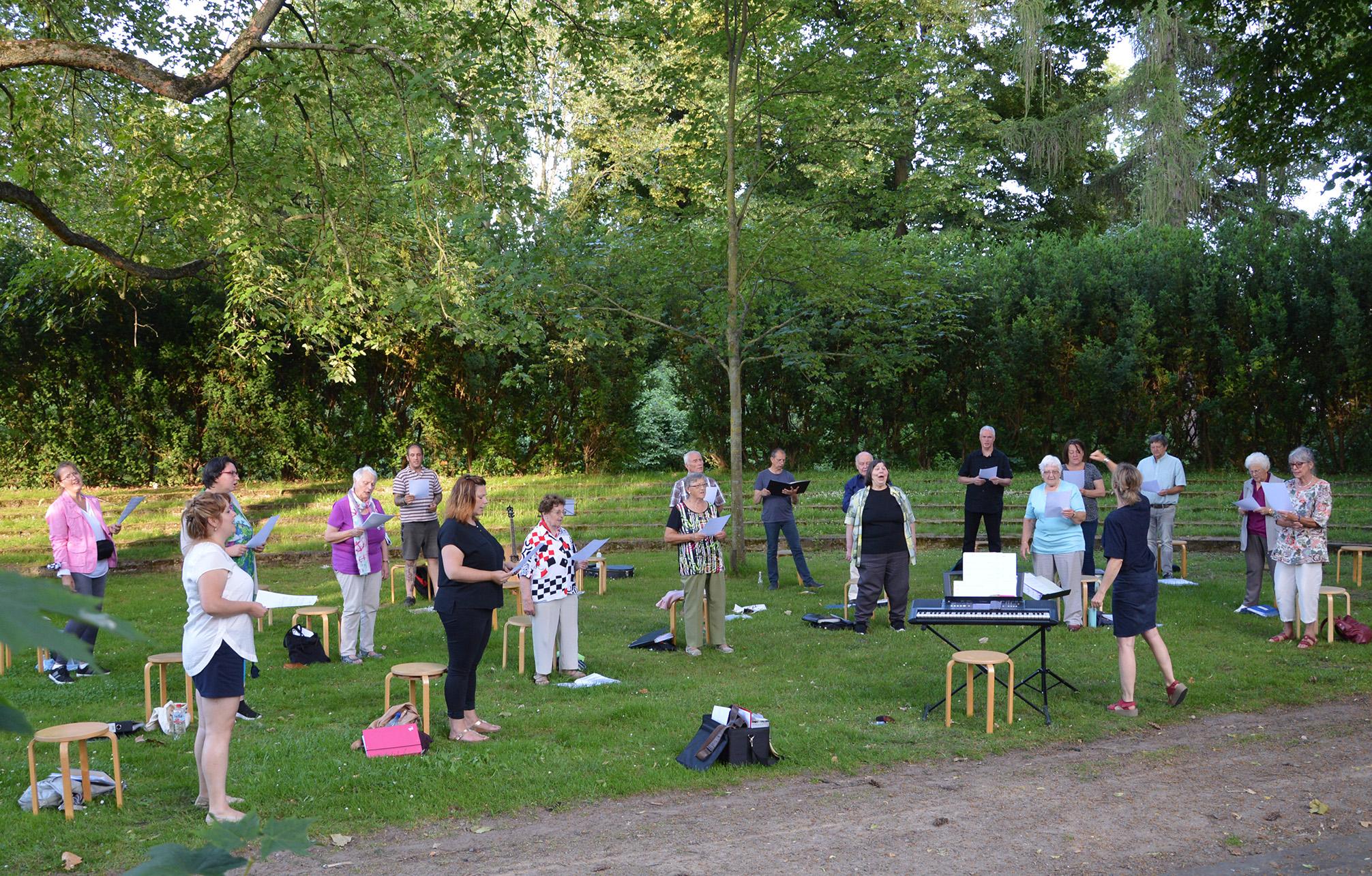 Gelungene Open-Air Chorprobe im Gutspark Flachstöckheim